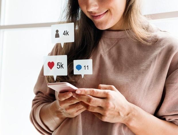 Banyak orang berpikir bahwa kita harus menjadi populer dengan menampilkan diri sebaik-baiknya di media sosial.