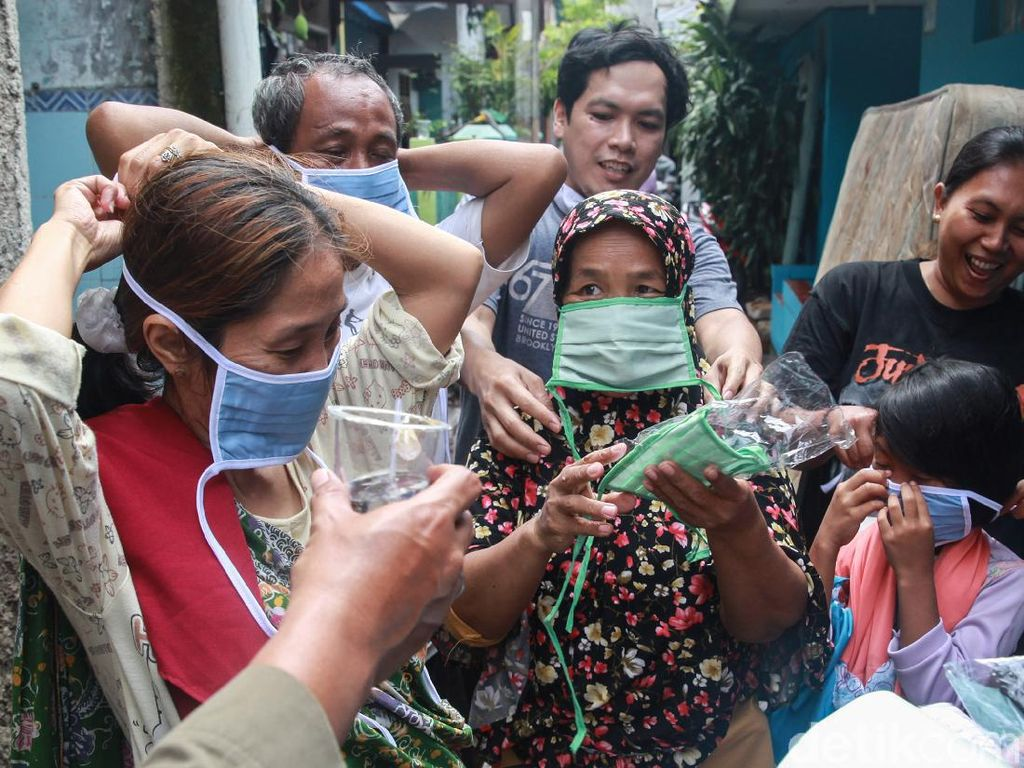 Pembagian Masker untuk Korban Longsor CIganjur