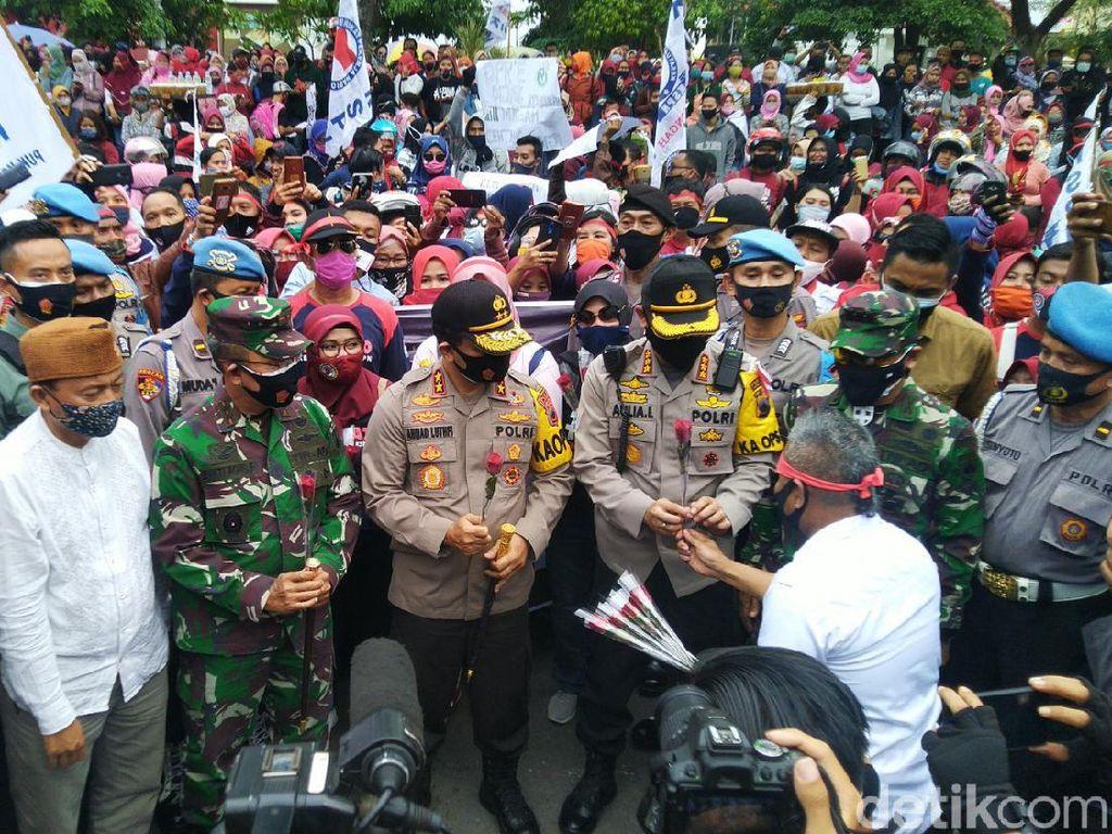 So Sweet...Demo Omnibus Law Semarang, Buruh-Polisi Saling Bagi Bunga