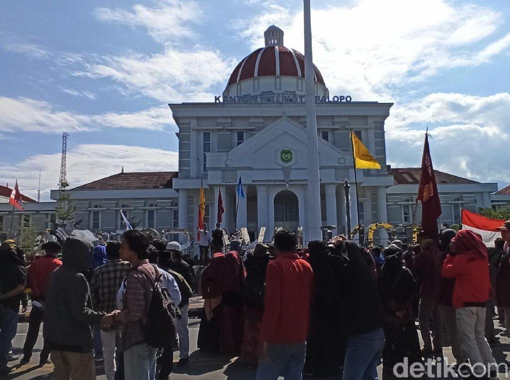 Demo Tolak UU Ciptaker di Balai Kota Palopo, Massa Tutup Jalan Protokol