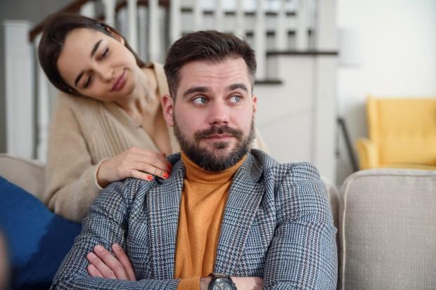 Biasanya dalam suatu hubungan, wanita cenderung gengsi untuk meminta maaf terlebih dulu kepada pasangan.