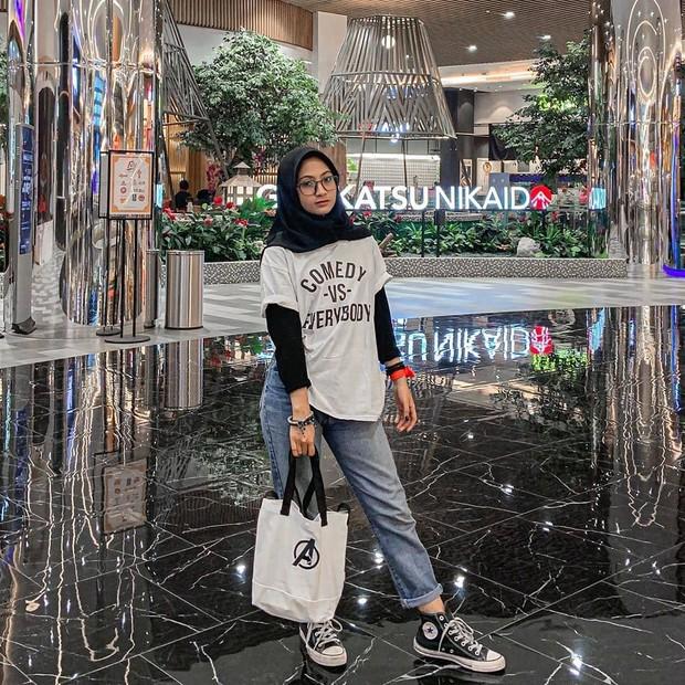 outfit hitam putih