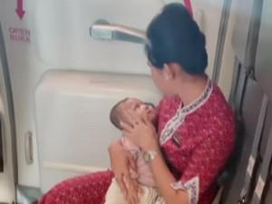 Viral Pramugari Tenangkan Bayi Nangis di Pesawat, Begini Ceritanya