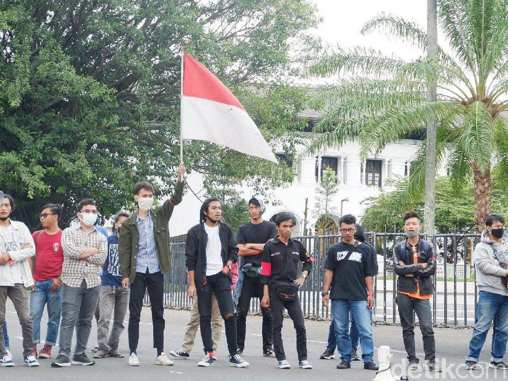 Demo di Gedung Sate, Mahasiswa Soroti Sikap Ridwan Kamil soal Omnibus Law