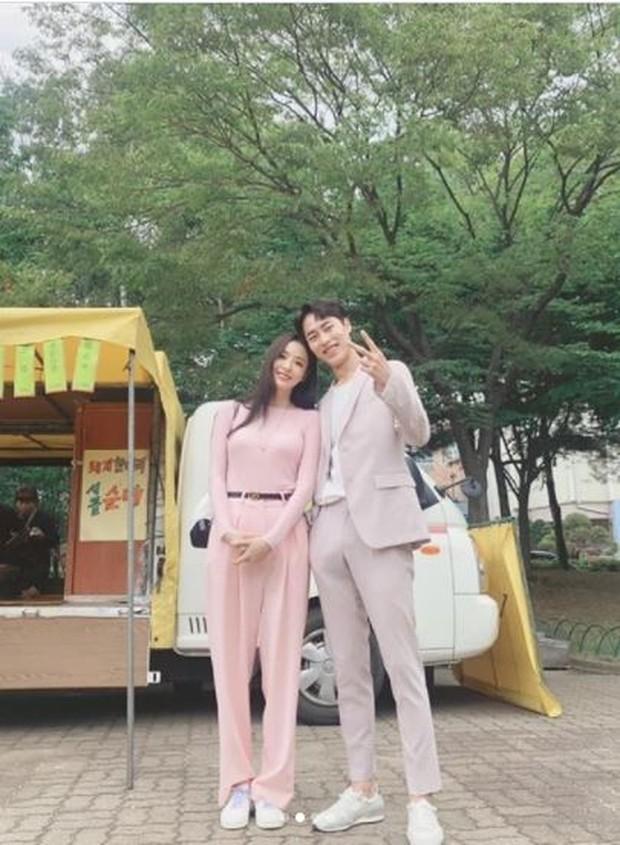 Foto kebersamaan Lee Jae Wook dan Lee Da Hee di lokasi syuting drama Search WWW