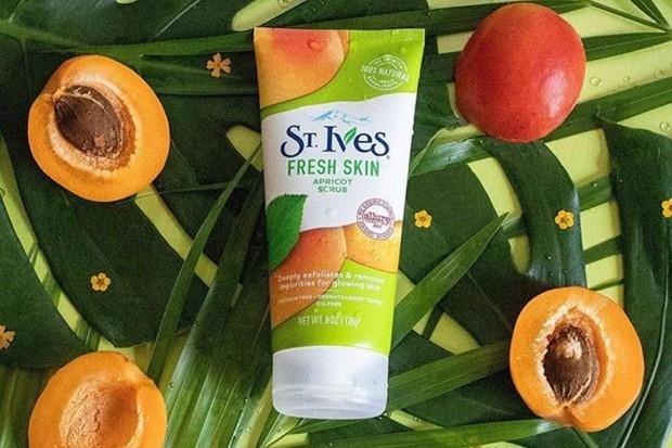 St. Ives Fresh Skin Apricot Scrub merupakan salah satu produk skincare dan makeup murah yang dipakai Gigi Hadid
