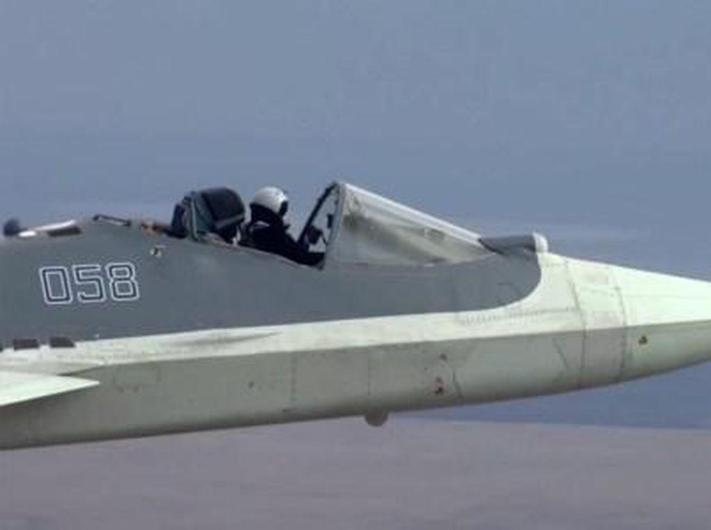Edan! Pilot Ini Terbang Naik Pesawat Jet Tanpa Kanopi Kaca