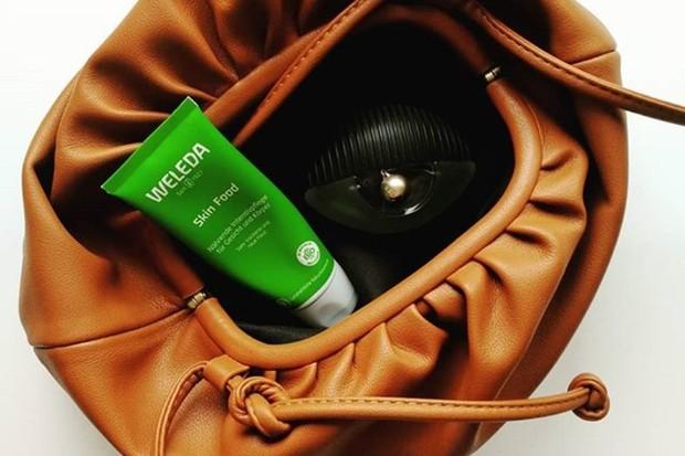 Weleda Skin Food adalah salah satu produk skincare dan makeup murah yang dipakai model Suki Waterhouse
