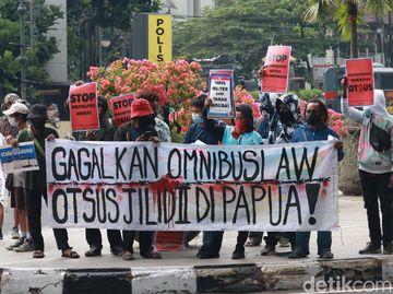 Aksi Demo Tolak Omnibus Law dan Otsus Jilid II Papua di Bandung