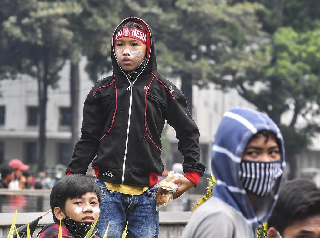 Duh, Anak di Bawah Umur Ikut Aksi Tolak UU Cipta Kerja