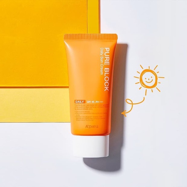 Lindungi kulit dari sinar UV yang berbahaya dengan sunscreen dari A'pieu, produk ini mengandung ekstrak lidah buaya, red fruits dan bunga.