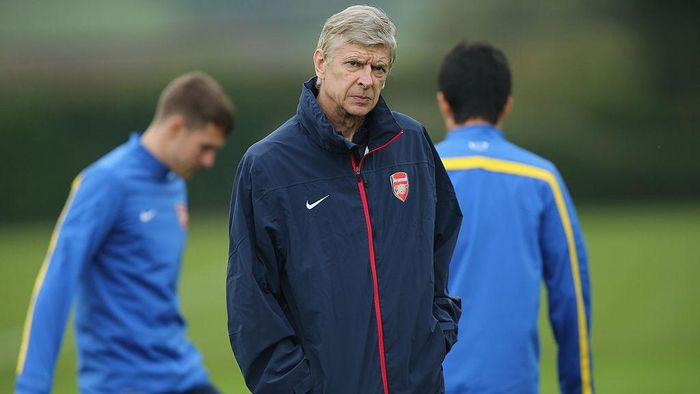 ST ALBANS, ENGLAND - NOVEMBER 05:  Manager Arsene Wenger of Arsenal oversees a training session at London Colney on November 5, 2013 in St Albans, England.  (Photo by Ian Walton/Getty Images)