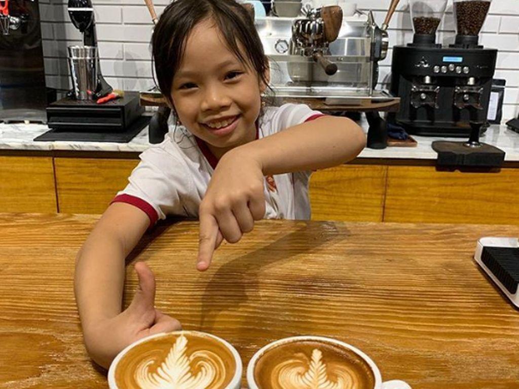Keren! Barista Cilik Ini Jago Bikin Latte Art yang Cantik