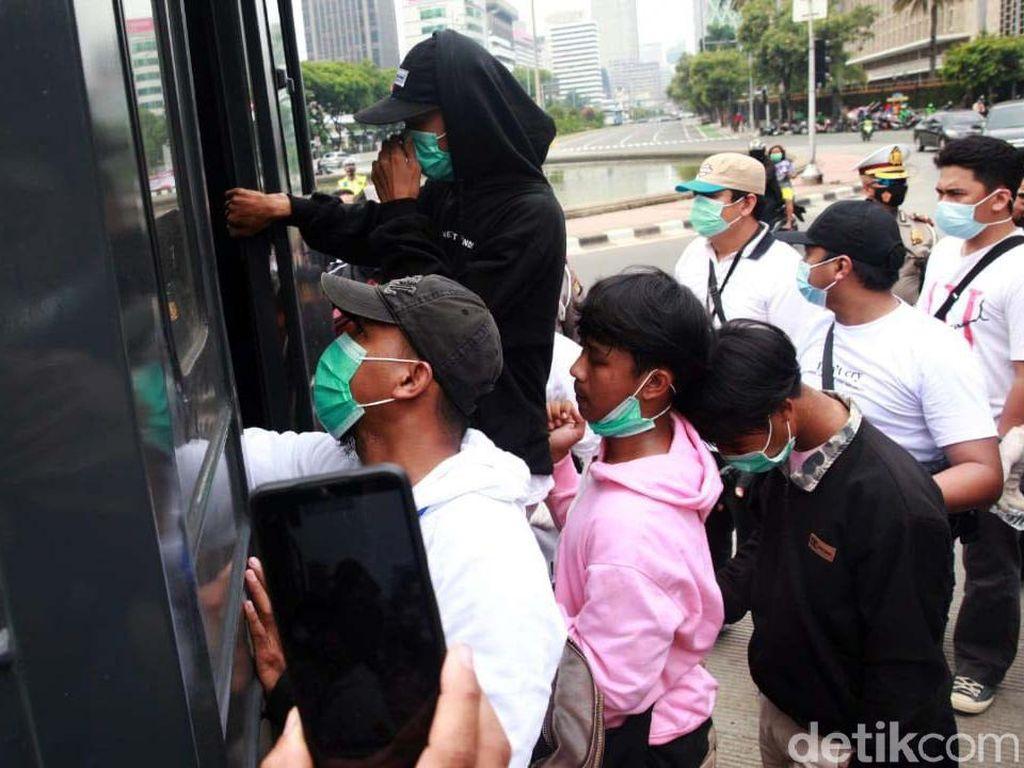 Belum Juga Demo Dimulai, Belasan Pemuda di Patung Kuda Diangkut Polisi
