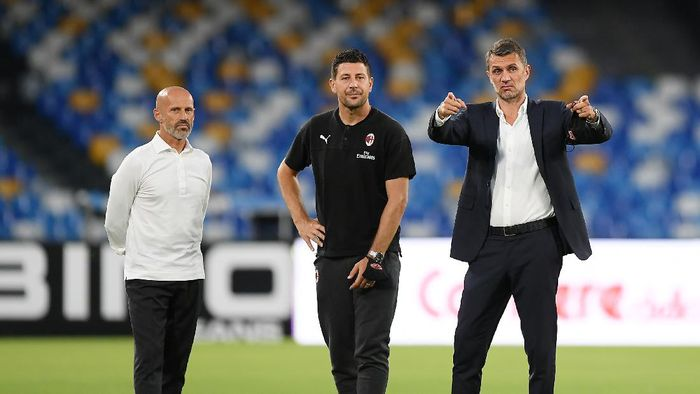 NAPLES, ITALY - JULY 12: Daniele Bonera AC Milan staff and Paolo Maldini AC MIlan Technical Director gesture before the Serie A match between SSC Napoli and  AC Milan at Stadio San Paolo on July 12, 2020 in Naples, Italy. (Photo by Francesco Pecoraro/Getty Images)