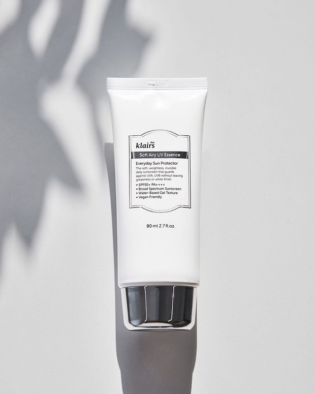 Klairs Soft Airy UV Essence SPF 50 PA ++++ merupakan pelindung kulit dari matahari yang digunakan untuk sehari-hari dan sangat cocok untuk kulit sensitif.
