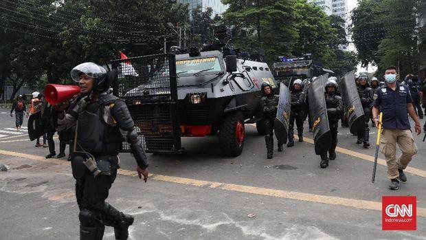 Polisi memukul mundur para pendemo Di kawasan sabang, Jakarta. CNN Indonesia/Safir Makki