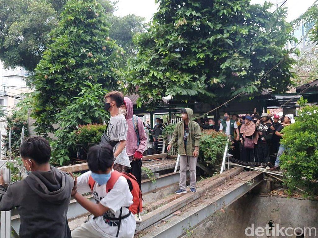 Dikejar Polisi, Massa Ngumpet di RS Budi Kemuliaan Diminta Keluar oleh Warga