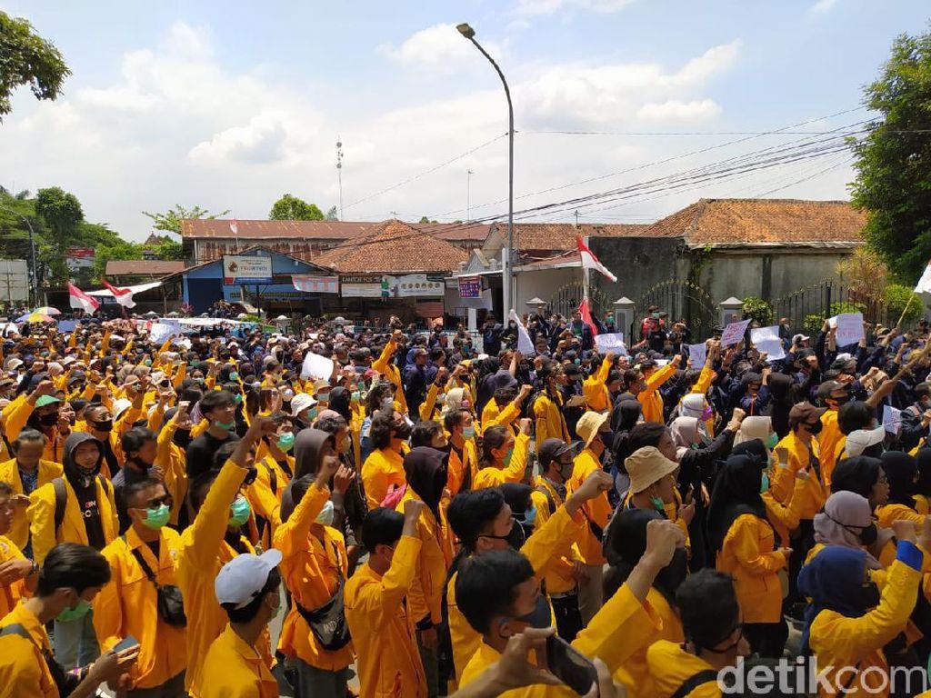 Massa #MagelangBergerak2 Demo Tolak Omnibus Law di Gedung DPRD