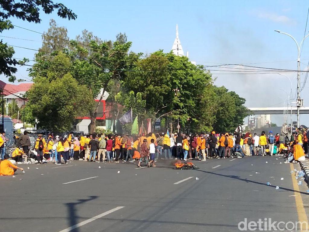 Aksi Tolak Omnibus Law di DPRD Sulsel, Massa Tutup Jalan Poros di Makassar