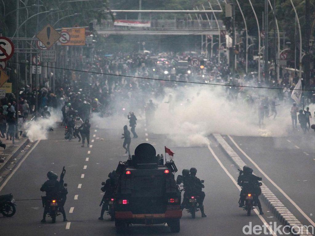 Momen Demonstran Kocar-kacir Saat Dibubarkan Polisi