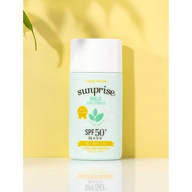 Etude House memiliki produk sunscreen nati-greasy dan lengket saat diaplikasikannya sekaligus melindungi kulit dari sinar UV.