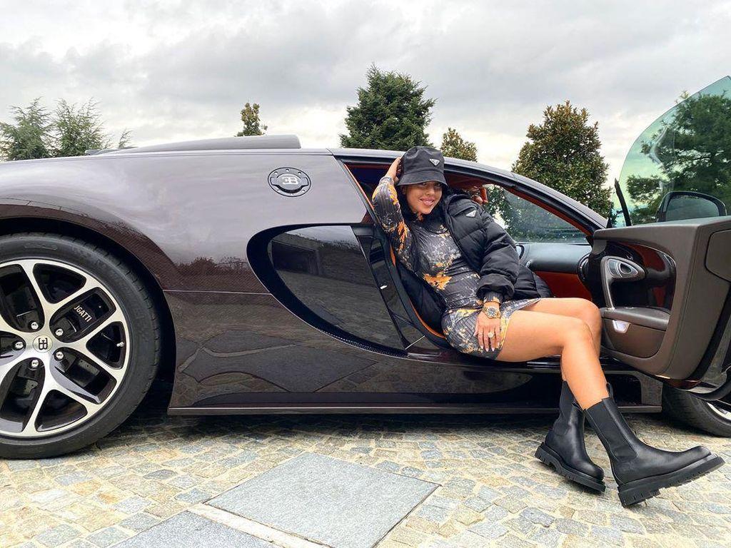 Momen Georgina Berpose di Mobil Mewah Ronaldo Seharga Rp 32 M