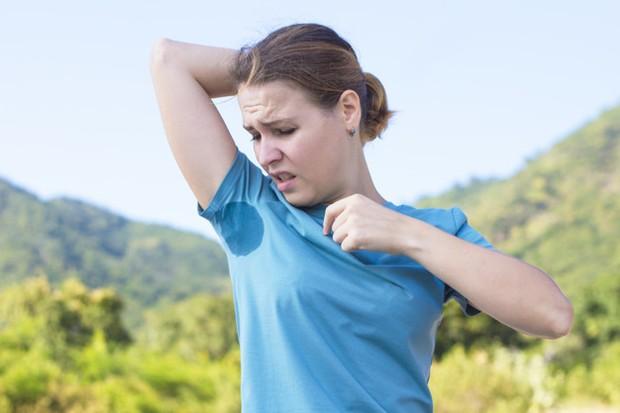 Pernahkah kamu menggunakan deodoran saat ketiakmu masih dalam keadaan basah atau berkeringat? Jika iya, jangan mengulanginya lagi ya! Sebab, menggunakan deodoran saat tubuh berkeringat enggak akan efektif.