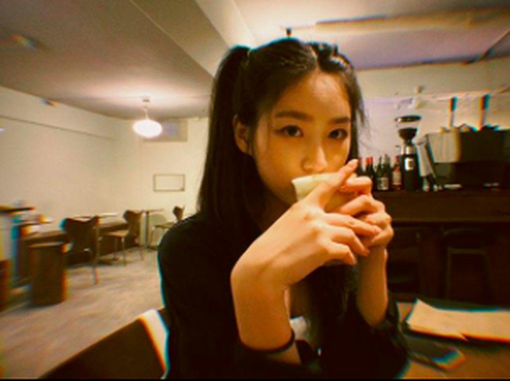 Kim Sae Ron dan Pesonanya Saat Ngopi dan Makan Burger