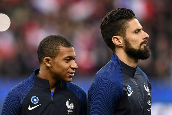 Frances forward Kylian Mbappe (L) and Frances forward Olivier Giroud (R) look on prior to the friendly football match between France and Wales at the Stade de France stadium, in Saint-Denis, on the outskirts of Paris, on November 10, 2017. - Frances players have the Frances cornflower embroided on their jerseys in order to pay a tribute to the victims of the terrorist attacks of November 13, 2015,  and also to honor the memory of veterans on the eve of November 11. (Photo by FRANCK FIFE / AFP)