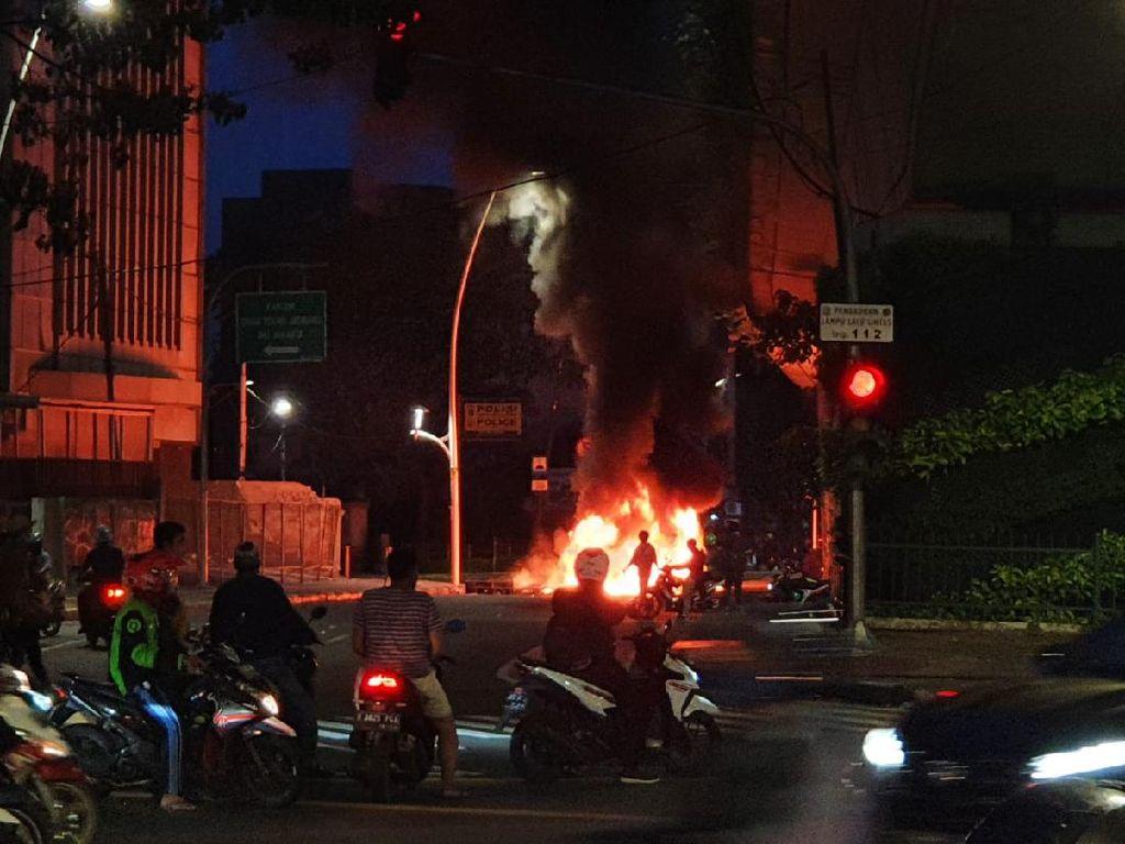 Petang Menjelang, Massa Bakar-bakar di Bawah Jalan Layang Arah Tanah Abang
