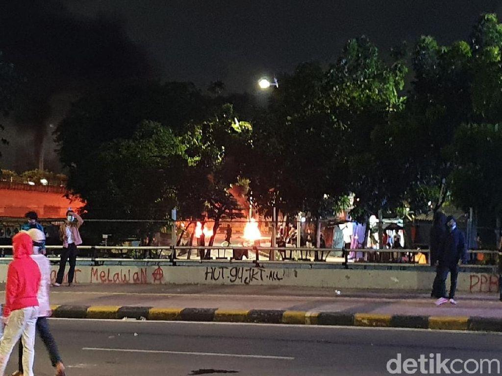 Massa Perusuh Kembali Bakar-bakar di Bawah Jalan Layang Cideng