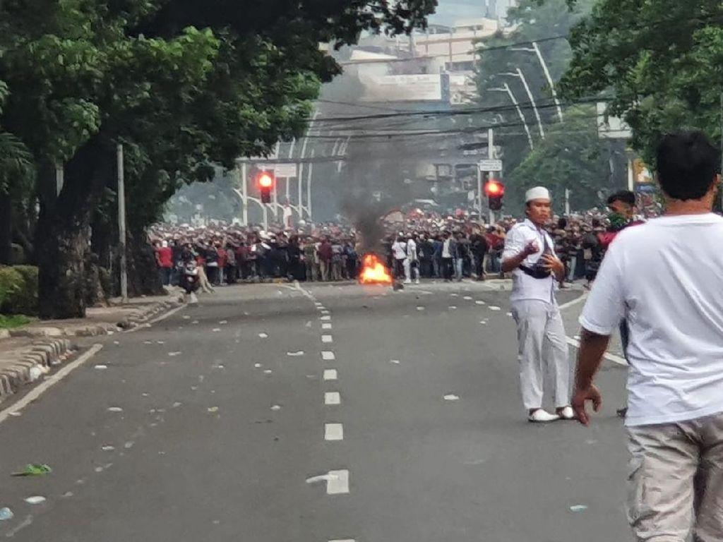 Massa Bakar Ban-Blokade Jalan Jatibaru, Polisi Tembakkan Gas Air Mata