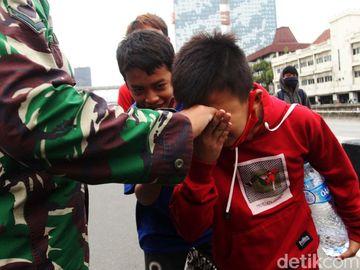 Mau Demo Dihadang TNI, Para Siswa Ini Salim