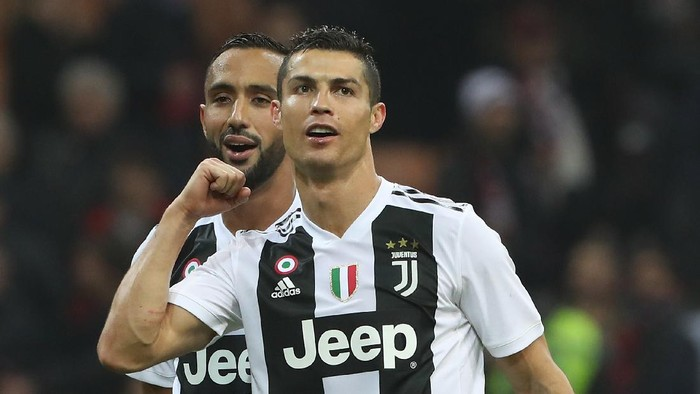 MILAN, ITALY - NOVEMBER 11:  (L-R) Medhi Benatia and Cristiano Ronaldo of Juventus FC celebrate a victory at the end of the Serie A match between AC Milan and Juventus at Stadio Giuseppe Meazza on November 11, 2018 in Milan, Italy.  (Photo by Marco Luzzani/Getty Images)