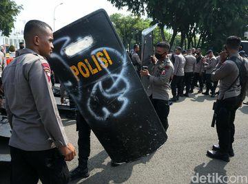 Melihat Personel Polisi Melakukan Persiapan Pengamanan Demo