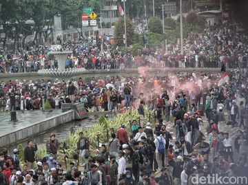 Menjelang Petang, Massa Aksi di Patung Kuda Mulai Ricuh