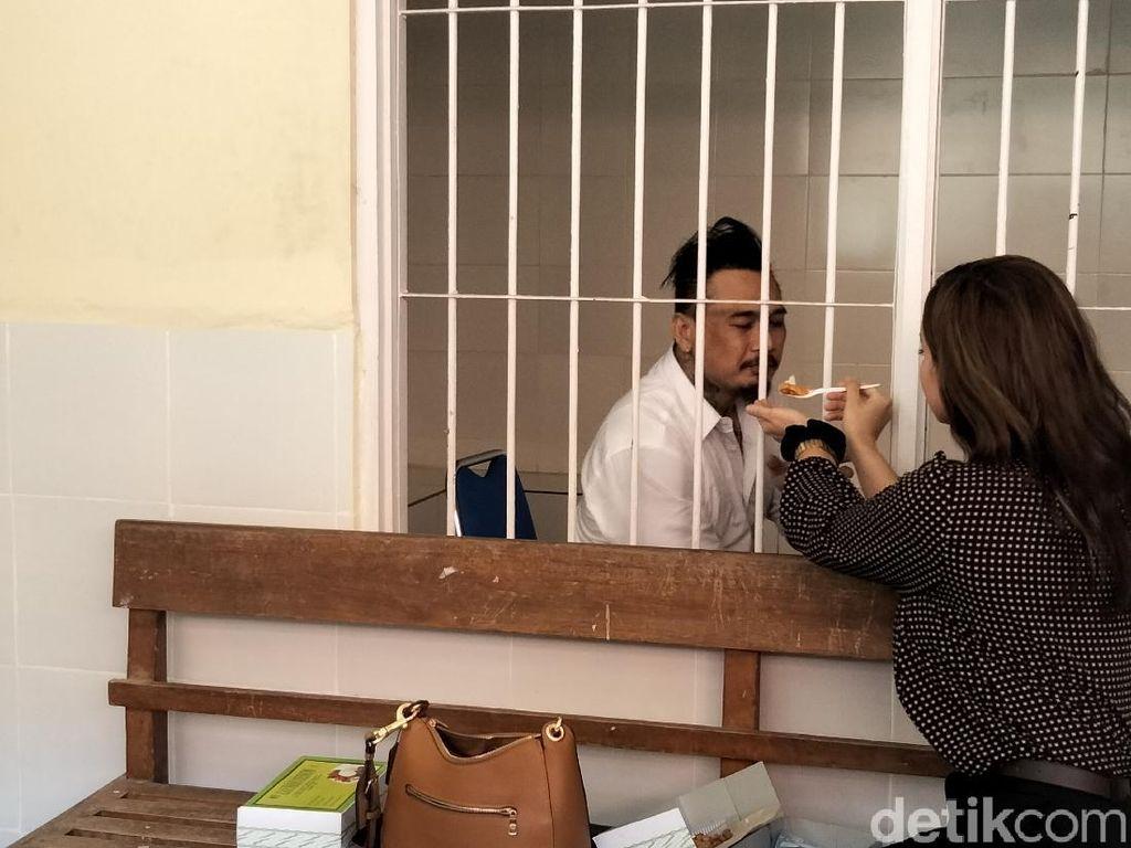 Kemarin Bercumbu di Mobil Tahanan, Kini Nora Suapi Jerinx dari Balik Jeruji