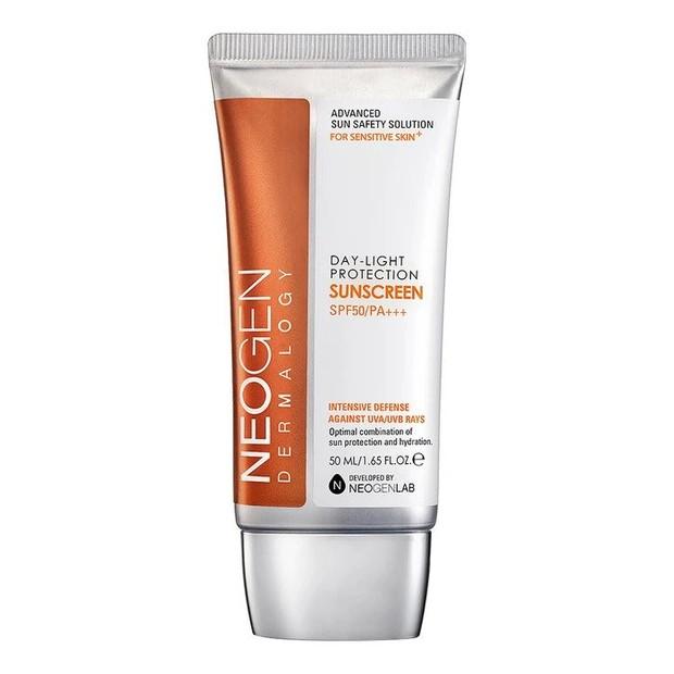 Sunscreen dari Neogen memiliki spektrum luas yang artinya akan memberikan perlindungan intensif pada kulit terhadap sinar UVA/UVB yang berbahaya selama aktivitas di luar ruangan.