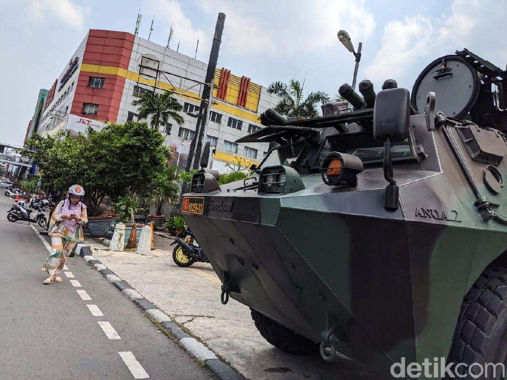 Ketangguhan Panser Anoa yang Siaga di Glodok untuk Pengawalan Demo