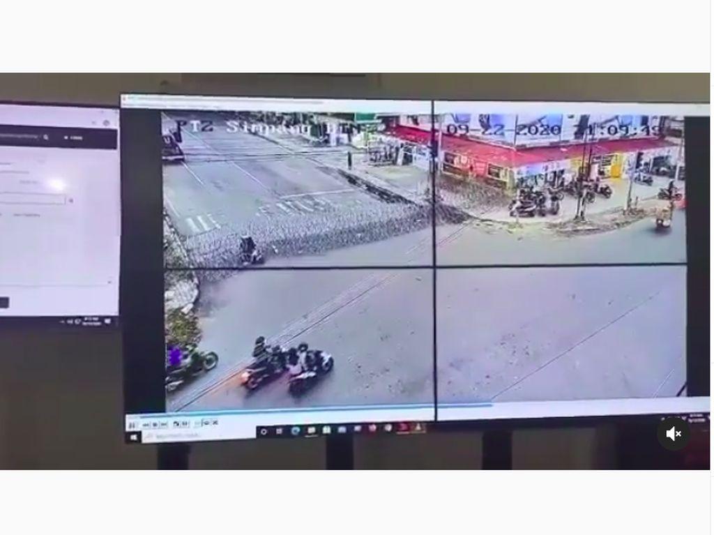 Boncengan Naik Motor Tabrak Kawat Berduri Polisi, Kok Bisa Sih, Ukhti?