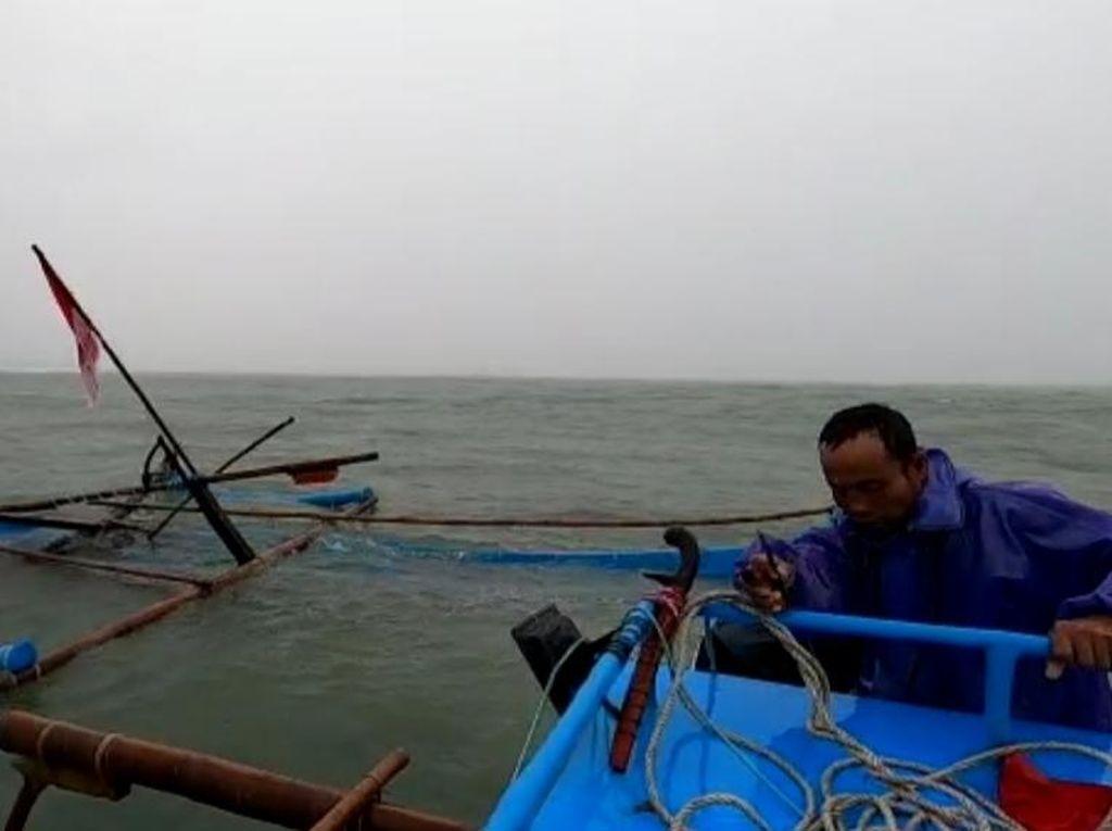 Puluhan Perahu Nelayan Hanyut Terbawa Arus Banjir Bandang Garut Selatan