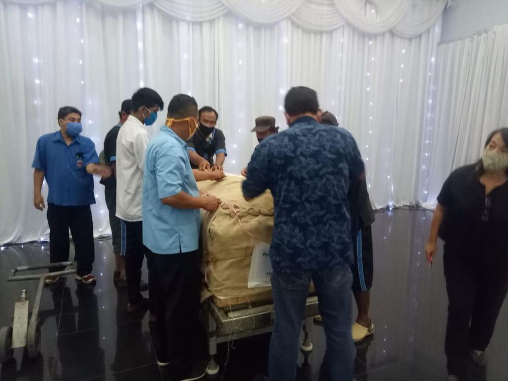 Diterbangkan dari Singapura, Jenazah Robby Sumampow Tiba di Solo