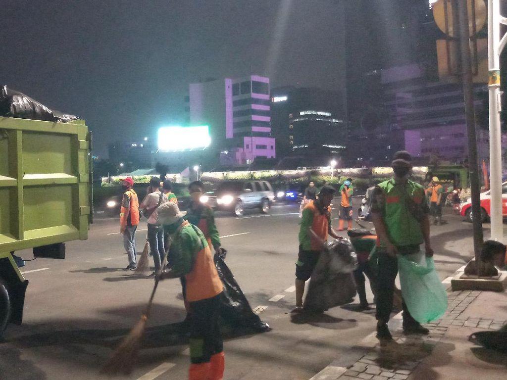Dinas LH Jakpus Bersihkan Puing-puing Sisa Kerusuhan di Tugu Tani
