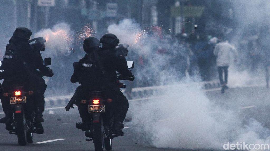 Melihat Aksi Polisi Bermotor Bubarkan Perusuh di Gambir