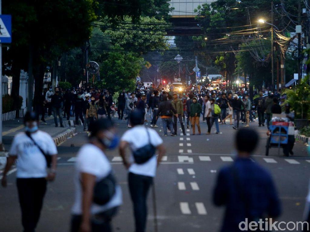 Polisi Bubarkan Massa Demo Ricuh di Kawasan Kebon Sirih