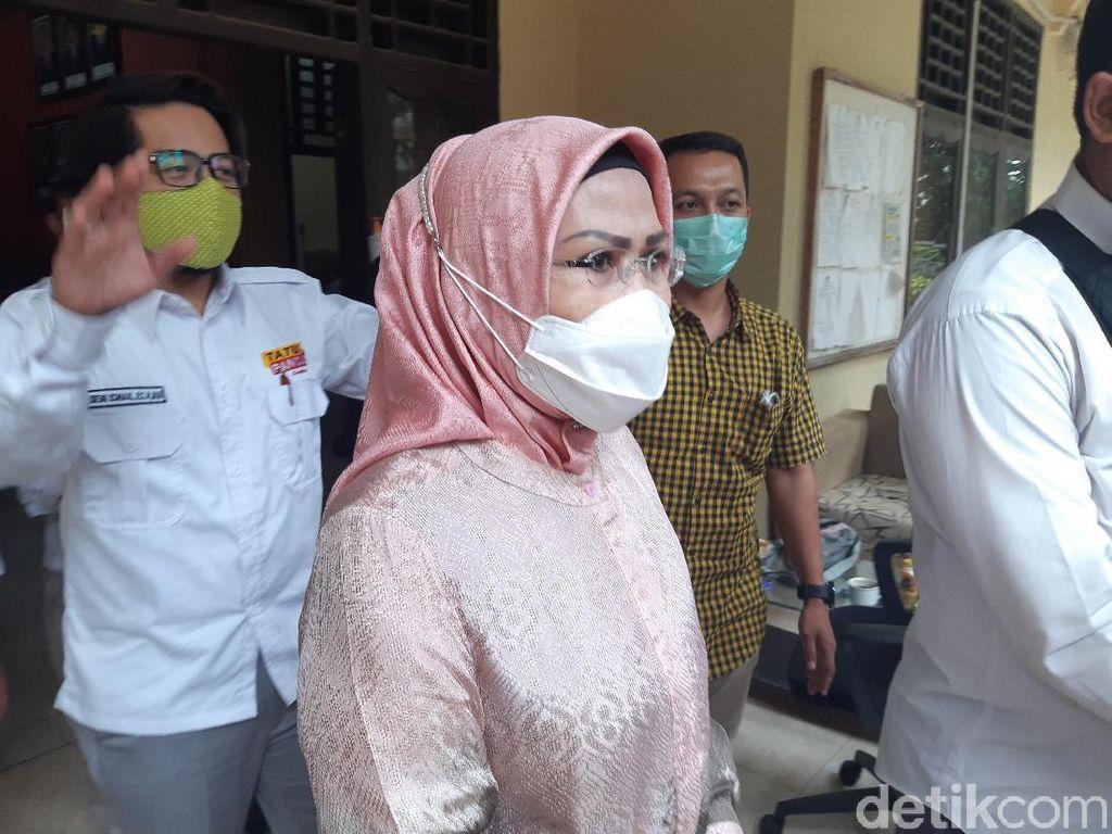 Usai Dua Jam Diperiksa, Ratu Tatu Langsung Tinggalkan Bawaslu Banten