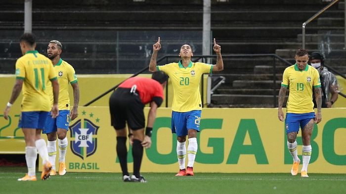 SAO PAULO, BRAZIL - OCTOBER 09: Roberto Firmino of Brazil celebrates the third goal of his team during a match between Brazil and Bolivia as part of South American Qualifiers for Qatar 2022 at Neo Quimica Arena on October 09, 2020 in Sao Paulo, Brazil. (Photo by Buda Mendes/Getty Images)
