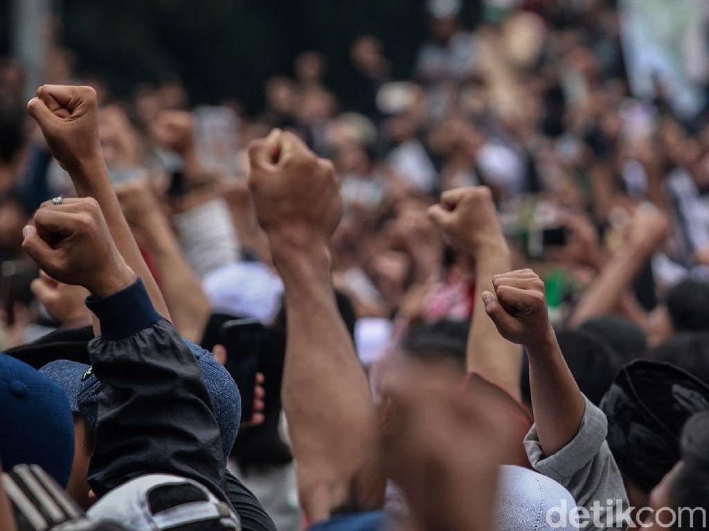Saat Massa Kepalkan Tangan Dengar Habib Rizieq Segera Pulang