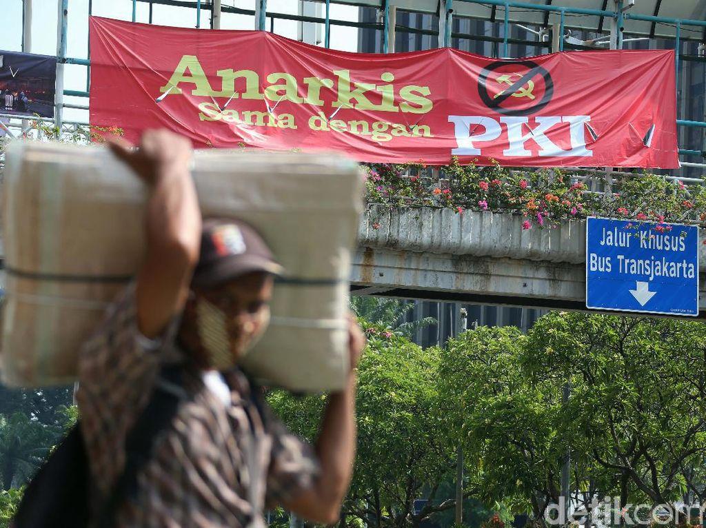 Spanduk Anarkis Sama dengan PKI Mejang di Jalan MH Thamrin